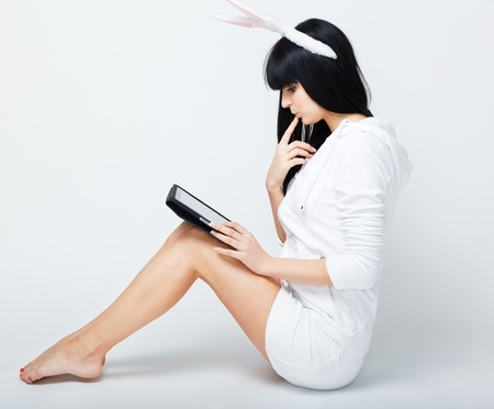 serious young woman sitting with tablet pc Banque d'images