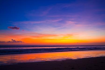 puesta de sol: Puesta de sol tropical en la playa. Isla de Bali. Indonesia