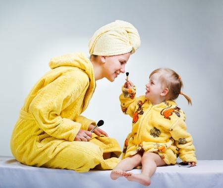 bathrobes: Hija y madre poniendo el maquillaje despu�s de cuarto de ba�o