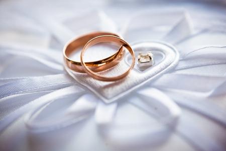anillo de boda: anillos de bodas del oro en el acerico Foto de archivo