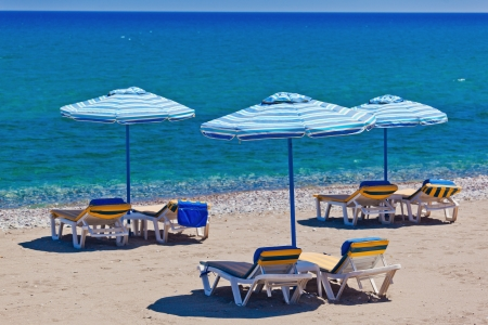vista de la playa con tumbonas y sombrillas. Grecia. Foto de archivo - 18285373