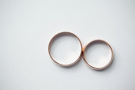 argollas matrimonio: anillos de oro de boda en blanco Foto de archivo
