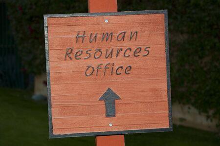人材・ オフィスを指す屋外看板
