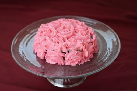 おいしく装飾ガラス皿の上のケーキを曇らすピンク ローズ 写真素材