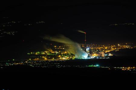 Novaky-stad bij nachtfotografie van dichtbijgelegen heuvel