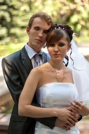 femme mari�e: jeune mari�e et le mari� embrassant les uns des autres, sont heureux dans le parc.  Banque d'images
