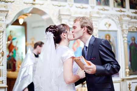 familia en la iglesia: Boda de reci�n casados en la iglesia. Kazajst�n - Almaty, 18 de julio de 2010