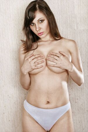 girls naked: Красивая голая брюнетка охватывает грудь вооружений
