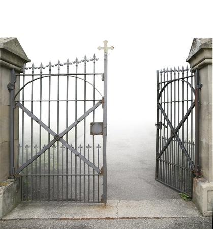 �spiked: entrada de un cementerio con una abierta puerta de hierro forjado en pendiente