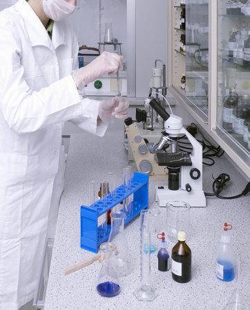 riesgo quimico: una mujer que trabaja en un laboratorio m�dico Editorial