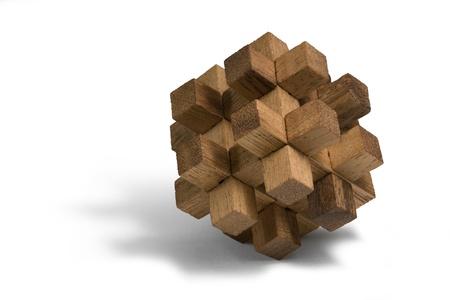 interlinked: estudio de fotograf�a de una pieza de madera en 3D-puzzle en blanco de nuevo Foto de archivo