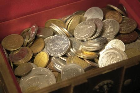 cofre del tesoro: dinero de fondo con un mont�n de monedas en un cofre del tesoro