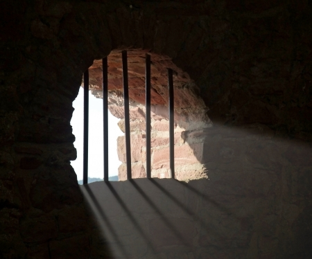 cellule prison: tir � l'int�rieur d'une fen�tre paliss�es historique � Wertheim ch�teau en Allemagne du Sud tandis que la lumi�re est en baisse dans Banque d'images