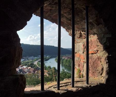 castillo medieval: tema de la c�rcel simb�lica con vistas panor�micas fuera de una ventana enrejada en el Castillo de Wertheim, en el sur de Alemania Foto de archivo