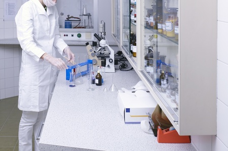 una donna che lavora in un laboratorio medico photo