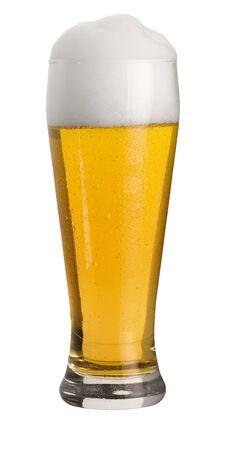moistness: bicchiere di birra di frumento freddo con schiuma e perle d'acqua condensati, girato in studio in retro bianco, tagliato con percorso di clipping Archivio Fotografico