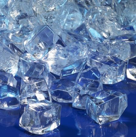 moistness: fotografia in studio di blu cubetti di ghiaccio illuminata sul retro buio