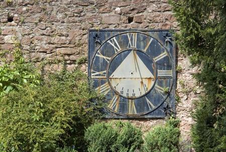 reloj de sol: paisaje soleado incluyendo un viejo reloj de sol degradado en el sur de Alemania Foto de archivo