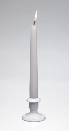 Estudio de disparo de un blanco quemar velas y un titular de vela de porcelana blanca luz atrás