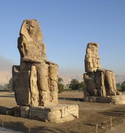 Les colosses de Memnon, deux énormes statues antiques près de Louxor en Egypte (Afrique) au moment du soir Banque d'images - 10964974