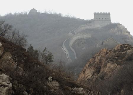 badaling: la Grande Muraglia della Cina vicino a Badaling in un'atmosfera nebbiosa verso sera