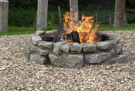 log fire: camino all'aperto con fuoco ardente Archivio Fotografico