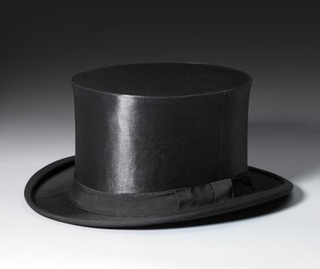cilindro: imagen simb�lica con un sombrero de copa negro en la parte trasera del gradiente Foto de archivo