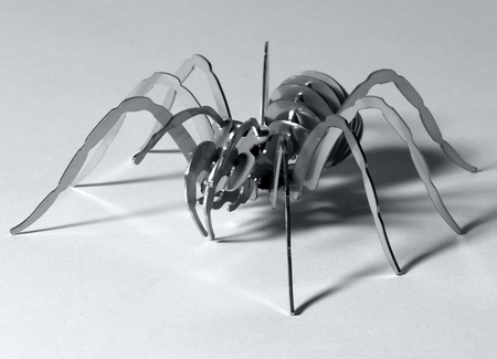 arachnoid: opere d'arte di un ragno di metallo simbolico in controluce