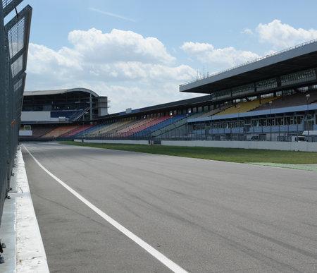 sports venue: Pit Lane en una pista de carreras Editorial