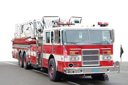 voiture de pompiers: un camion de pompiers am�ricain sur une route, partiellement isol�