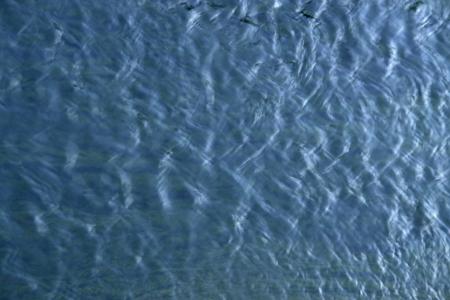 ciclo del agua: resumen de antecedentes de la superficie del agua con peque�as olas