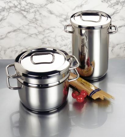 agleam: Bodeg�n con ollas de acero inoxidable, fideos y tiro tomatoes.Studio en el ambiente de reflexi�n limpia