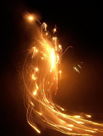 palla di fuoco: paesaggi astratti di alcune vivaci fuochi d'artificio di notte