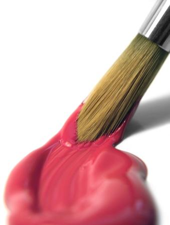 moistness: fotografia in studio fresco di vernice rossa e una punta di pennello sul retro bianco