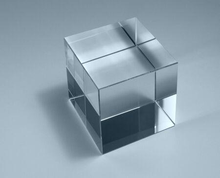 blue toned: Tema della fisica con la fotografia in studio di un cubo di vetro solido in retroilluminazione, tonalit� di blu