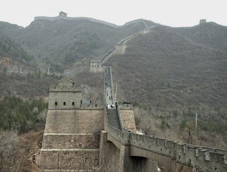 badaling: la Grande Muraglia della Cina vicino a Badaling in un'atmosfera nebbiosa