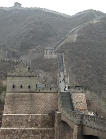 badaling: la Grande Muraglia della Cina nei pressi di Badaling in un'atmosfera nebbiosa Archivio Fotografico