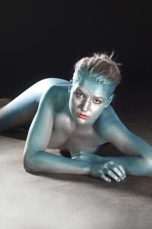 nude little girls: фотостудия металлической bodypainted девушка в темных назад
