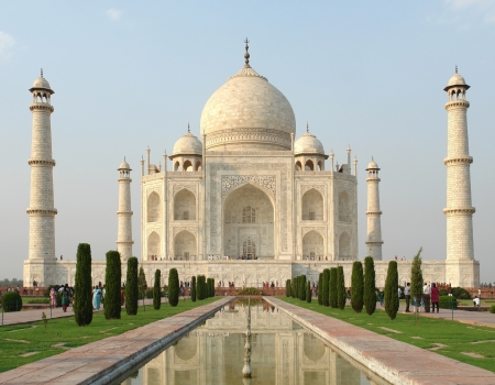 mausoleum named Taj Mahal in Agra, India at evening time Imagens