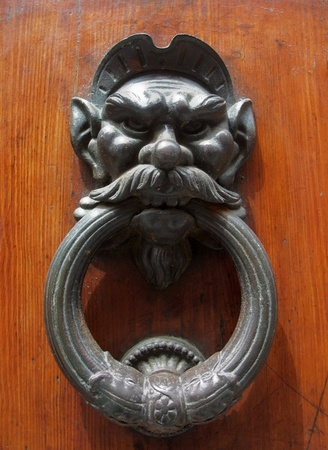 furniture hardware: Golpeador de puerta hist�rico visto en Italia