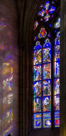 window church: dettaglio di una finestra della chiesa colorata all'interno della Cattedrale di San Vito a Praga Editoriali