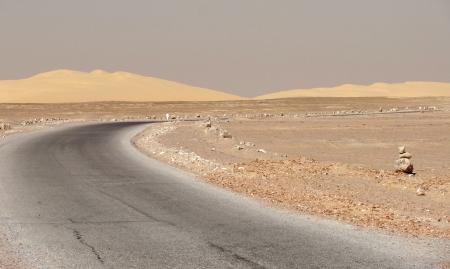 libysch: Stra�e in der Libyschen W�ste in �gypten Lizenzfreie Bilder