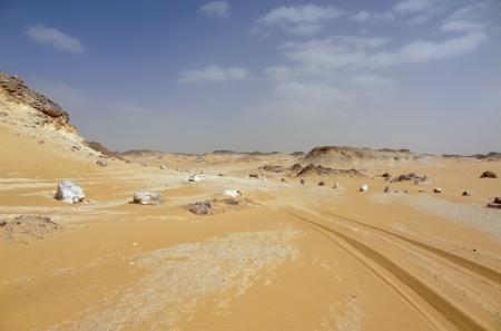 earth road: il deserto libico in Egitto con la terra su strada