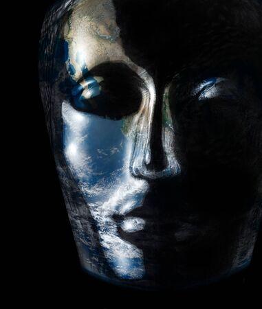 astral body: transl�cido cabeza humana reflexiva de cristal con la superficie del planeta en ella en fondo negro