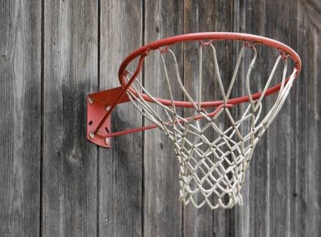 panier basketball: un panier de basket-ball sur la fa�ade en bois patin�