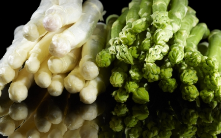 aliment: bunches of white and green asparagus vegetable in black reflective back