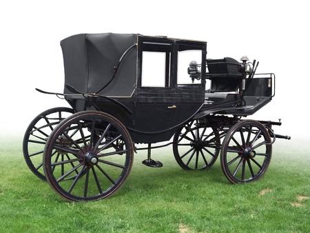 zwarte historisch vervoer op groen gras, gradiënt geïsoleerd op wit Stockfoto