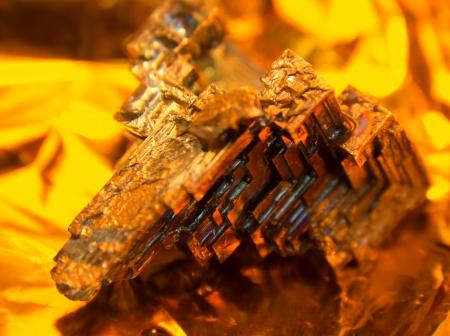 oxidated: un cristal multicolor bismuto, c�lido iluminado en oro de nuevo Foto de archivo