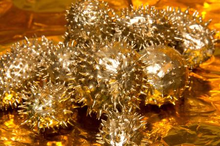 goldfolie: goldenen Feigen Gurke Fr�chte auf erh�hte Goldfolie Hintergrund