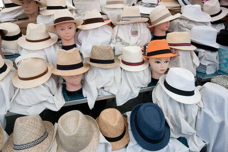 mannequin: beaucoup de chapeaux et de têtes de mannequin